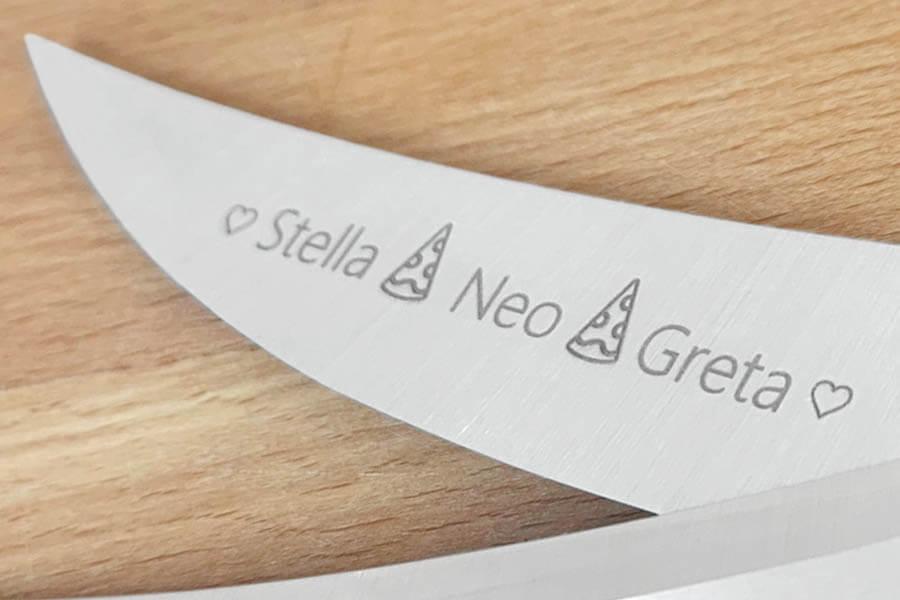 """Detail der Gravur auf der Familienschere """"Pizza"""""""